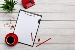 Escritório vermelho do trabalhador de escritório do rato do teclado dos clipes de papel do pulso de disparo do café da manhã do c imagem de stock