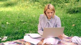 Escrit?rio do ambiente natural Benef?cios do ar livre do trabalho Mulher com trabalho do laptop fora Tecnologia da educa??o e filme