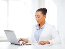 Escrita africana da mulher de negócios algo Fotografia de Stock