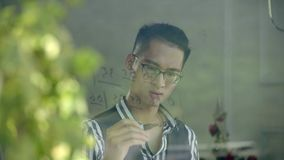A escrita asiática nova do músico numerou a notação musical no vidro de janela video estoque