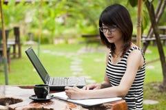 Escrita asiática bonita da mulher. Imagem de Stock Royalty Free