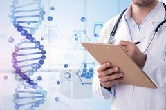 Escrita azul da hélice do ADN e do doutor do homem imagens de stock royalty free