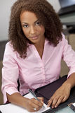 Escrita bonita da menina do americano africano de raça misturada Fotos de Stock Royalty Free