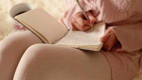 Escrita bonita da mulher em seu diário video estoque
