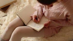 Escrita bonita da mulher em seu diário vídeos de arquivo