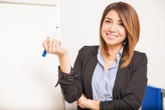 Escrita bonita da mulher em uma placa Foto de Stock