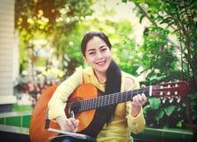 Escrita bonita do compositor no papel de nota com guitarra acústica Fotos de Stock Royalty Free