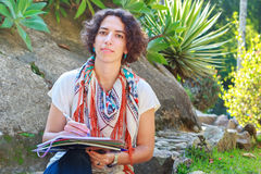 Escrita bonita nova da mulher no livro de exercício fora Imagem de Stock Royalty Free