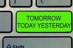 Escrita conceptual da mão que mostra amanhã hoje ontem Os advérbios do texto da foto do negócio do tempo disse-nos-rem quando uma fotos de stock
