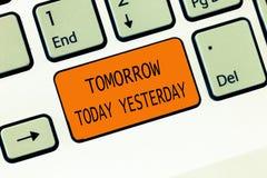 Escrita conceptual da mão que mostra amanhã hoje ontem Os advérbios do texto da foto do negócio do tempo dizem-nos quando uma coi fotos de stock