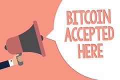 Escrita conceptual da mão que mostra Bitcoin aceitado aqui Texto da foto do negócio você pode comprar coisas com o aviso de Crypt ilustração do vetor