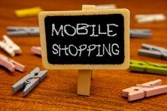 Escrita conceptual da mão que mostra a compra móvel Rádio tecnologico de compra apresentando da compra dos produtos da foto do ne Fotos de Stock