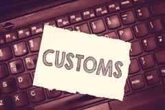 Escrita conceptual da mão que mostra costumes O texto que da foto do negócio o departamento oficial administra recolhe deveres no imagem de stock royalty free