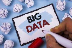 Escrita conceptual da mão que mostra dados grandes Grande quantidade do texto da foto do negócio de informação que precisa de ser Imagem de Stock