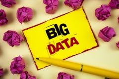 Escrita conceptual da mão que mostra dados grandes Grande quantidade do texto da foto do negócio de informação que precisa de ser Imagens de Stock