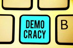 Escrita conceptual da mão que mostra Demo Cracy Liberdade apresentando da foto do negócio dos povos para expressar seus sentiment fotografia de stock royalty free