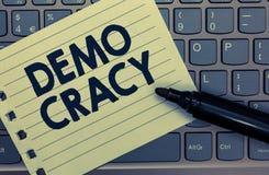 Escrita conceptual da mão que mostra Demo Cracy Liberdade apresentando da foto do negócio dos povos para expressar seus sentiment imagem de stock royalty free