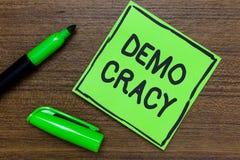 Escrita conceptual da mão que mostra Demo Cracy Liberdade apresentando da foto do negócio dos povos para expressar seus sentiment imagem de stock