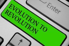 Escrita conceptual da mão que mostra a evolução à revolução Adaptação apresentando da foto do negócio à maneira de vida para cria fotografia de stock