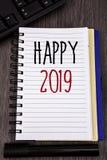 Escrita conceptual da mão que mostra 2019 feliz Fotos do negócio que apresentam a mensagem inspirador de Congrats dos elogios da  Foto de Stock