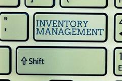 Escrita conceptual da mão que mostra a gestão de inventário Foto do negócio que apresenta vigiando o armazenamento de controlo do fotos de stock
