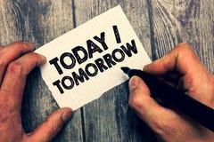 Escrita conceptual da mão que mostra hoje amanhã Apresentar da foto do negócio o que estão acontecendo agora e o que o futuro vai imagem de stock