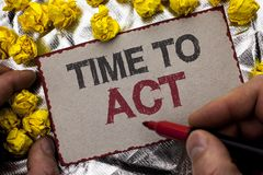 Escrita conceptual da mão que mostra a hora de atuar O fim do prazo apresentando da estratégia do momento da ação da foto do negó Foto de Stock Royalty Free