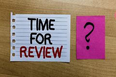 Escrita conceptual da mão que mostra a hora para a revisão Página branca de Rate Assess do desempenho do momento do feedback da a fotografia de stock