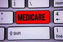 Escrita conceptual da mão que mostra Medicare Seguro de saúde federal do texto da foto do negócio para povos acima de 65 ou com i Imagem de Stock Royalty Free