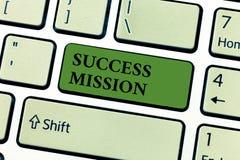 Escrita conceptual da mão que mostra a missão do sucesso Texto da foto do negócio que obtém o trabalho feito na maneira perfeita  imagem de stock royalty free