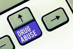 Escrita conceptual da mão que mostra o abuso de drogas Foto do negócio que apresenta a droga obrigatória que procura a tomada hab fotografia de stock