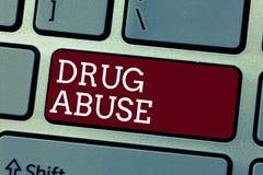 Escrita conceptual da mão que mostra o abuso de drogas Foto do negócio que apresenta a droga obrigatória que procura a tomada hab foto de stock