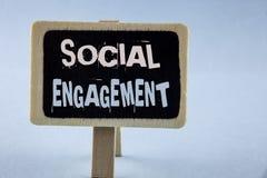 Escrita conceptual da mão que mostra o acoplamento social O cargo apresentando da foto do negócio obtém anúncios altos SEO Advert imagem de stock royalty free