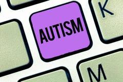 Escrita conceptual da mão que mostra o autismo Dificuldade apresentando da foto do negócio na interação e em formar casos com imagens de stock royalty free