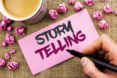 Escrita conceptual da mão que mostra o contar histórias O texto da foto do negócio diz ou escreve a parte das narrações breves as foto de stock