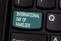 Escrita conceptual da mão que mostra o dia internacional das famílias Celebração da unidade do tempo da família do texto da foto  imagens de stock
