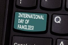 Escrita conceptual da mão que mostra o dia internacional das famílias Celebração da unidade do tempo da família do texto da foto  foto de stock