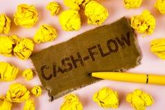 Escrita conceptual da mão que mostra o Dinheiro-fluxo Movimento virtual do texto da foto do negócio do dinheiro por estatísticas  imagens de stock