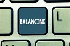Escrita conceptual da mão que mostra o equilíbrio Apresentar da foto do negócio pôs algo em uma posição constante de modo que fiz fotografia de stock