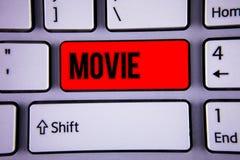 Escrita conceptual da mão que mostra o filme Cinema do texto da foto do negócio ou vídeo filme do filme da televisão indicado na  Imagem de Stock
