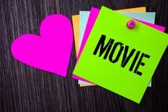 Escrita conceptual da mão que mostra o filme Cinema do texto da foto do negócio ou vídeo filme do filme da televisão indicado na  Fotos de Stock Royalty Free