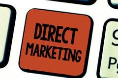 Escrita conceptual da mão que mostra o marketing direto Negócio apresentando da foto do negócio de vender produtos ou serviços a imagens de stock
