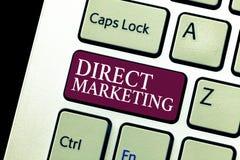 Escrita conceptual da mão que mostra o marketing direto Negócio do texto da foto do negócio de vender produtos ou serviços ao púb foto de stock royalty free