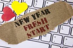 Escrita conceptual da mão que mostra o novo começo do ano novo O tempo do texto da foto do negócio seguir definições alcança para Fotos de Stock Royalty Free