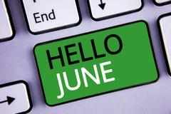 Escrita conceptual da mão que mostra o olá! junho O texto das fotos do negócio que começa uma mensagem nova maio do mês está sobr Fotografia de Stock Royalty Free