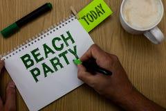 Escrita conceptual da mão que mostra o partido da praia A foto do negócio que apresenta o festival pequeno ou grande guardou nas  fotografia de stock