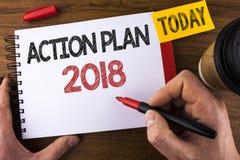 Escrita conceptual da mão que mostra o plano de ação 2018 O texto da foto do negócio planeia o desenvolvimento da melhoria dos ob Imagens de Stock