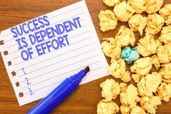 A escrita conceptual da mão que mostra o sucesso é dependente do esforço O texto da foto do negócio faz o esforço para suceder a  imagens de stock royalty free