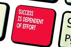 A escrita conceptual da mão que mostra o sucesso é dependente do esforço O texto da foto do negócio faz o esforço para suceder a  fotografia de stock royalty free