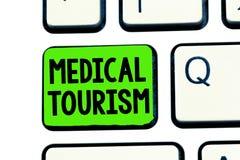 Escrita conceptual da mão que mostra o turismo médico Povos do texto da foto do negócio que viajam ao outro país para obter médic fotos de stock royalty free